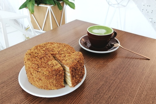 Honey-free keto cake